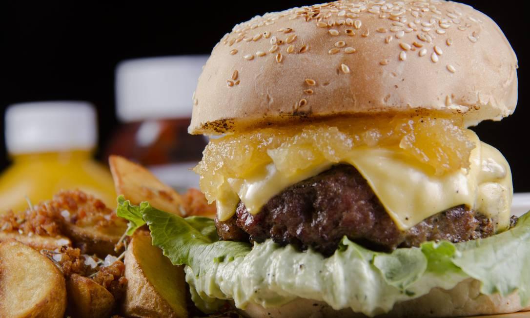 Descolado Burger & Beer. A geleia artesanal de abacaxi é o destaque do Descolado Blend, com 180gr de carne (50% bacon e 50% bovina), molho aioli, mix de folhas, e queijo prato (R$21,90) RICARDO SOMBRA / Divulgação