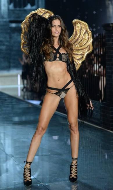 IZABEL GOULART: conhecida por sua pose ultra sexy, a top não poderia faltar no desfile deste ano Evan Agostini / Evan Agostini/Invision/AP