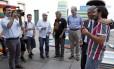 Freixo faz foto de um torcedor tricolor com o presidente Peter Siemsen. Ao fundo, os presidentes do Flamengo, Eduardo Bandeira de Mello, e do Botafogo, Carlos Eduardo Pereira, com o deputado federal Chico Alencar