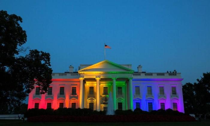 Casa Branca é iluminada com as cores do arco-íris após a Suprema Corte dar aval federal ao casamento entre pessoas do mesmo sexo Foto: Casa Branca