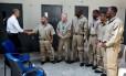 Obama cumprimenta presidiários na prisão federal de El Reno Foto: Pete Souza / Casa Branca