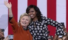 Ajuda de peso. Pela primeira vez, Michelle Obama aparece ao lado de Hillary em comício em Winston Salem, na Carolina do Norte: apoio da primeira-dama é fundamental na reta final Foto: ALEX WONG/AFP
