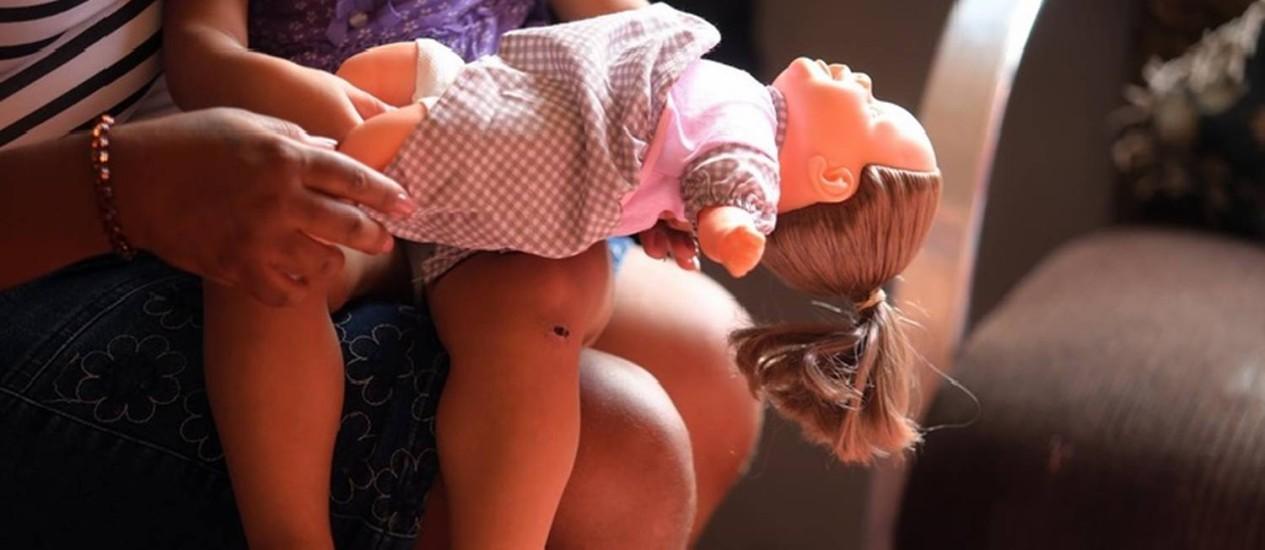 """Trauma. Uma criança de 2 anos que, desde quarta-feira, descreve uma cena que a deixou em choque: """"Ela fica repetindo 'mamãe caiu, mamãe caiu' e coloca um dedo no olho"""", diz a tia Foto: Fabiano Rocha"""