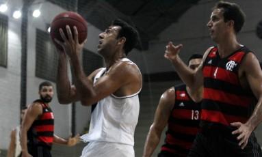 Márcio, do Vasco, se prepara para arremessar, observado pelo rubro-negro Marcelinho Foto: Paulo Fernandes