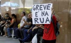 Grevista protesta no Centro do Rio: decisão do STF, por 6 votos a 4, admite exceções se paralisação for motivada por atraso de pagamento ou se ficar provado que o empregador sequer tentou negociar com a categoria Foto: Pablo Jacob