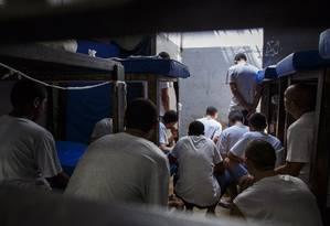 Detentos do presidio Ary Franco Foto: Daniel Marenco / Agência O Globo / 16-12-2015