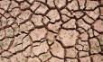 Imagem mostra chão rachado em reservatório quase seco na Espanha, em julho de 2014