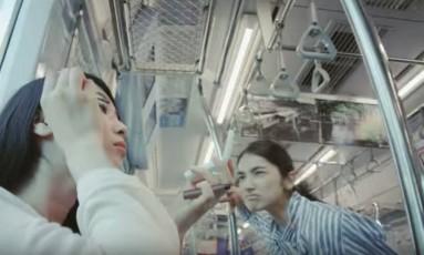 No vídeo, mulher critica outra por uso de maquiagem no trem Foto: TOKYU CORP
