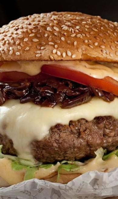 Calavera. O hambúrguer que leva o nome da casa é feito com um blend de carne e bacon, cebola roxa grelhada, queijo Serra da Canastra, maionese de páprica, salada de alface e tomate e pão de mandioca e fritas da casa (R$ 35) Divulgação