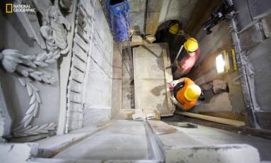 Foto mostra o momento quando a placa de mármore foi removida Foto: Dusan Vranic / AP