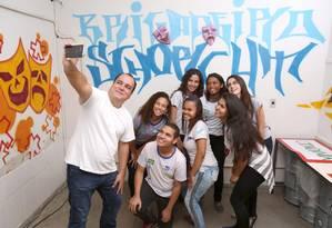 Incentivo. Écio Salles com os alunos da escola estadual Brigadeiro Schorcht, da Taquara Foto: Agência O Globo / Eduardo Uzal