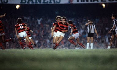 Zico comemorando um gol na final do Brasileiro de 1980 entre Flamengo e Atlético-MG Foto: Arquivo/O Globo