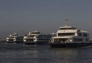 Catamarãs do modelo antigo ao lado das embarcações chinesas próximos da estação da Praça Araribóia Foto: Alexandre Cassiano / Alexandre Cassiano/19-10-2016