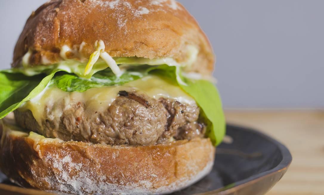 Comuna. O X-Wilson é um hambúrguer com 160g de carne bovina, queijo gouda, salada e quatro opções de molho: sweet chilli, maionese de wasabi, maionese branca ou o ketchup da casa (R$ 26) Eduardo Magalhães / Divulgação