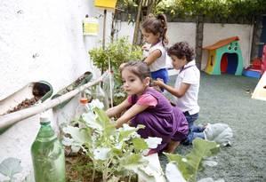 Reúso de água é uma das ações desenvolvidas pelos alunos Foto: Fábio Rossi / Agência O Globo