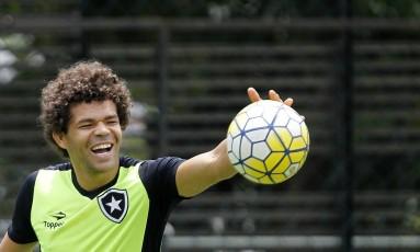 Camilo em momento de descontração no treino alvinegro em General Severiano Foto: Vitor Silva/SSPress/Botafogo