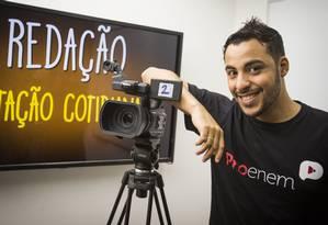 Romulo Bolivar dá aulas de língua portuguesa e redação ao vivo em canal do Youtube Foto: Bárbara Lopes / Agência O Globo