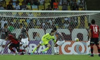 Marcelo, à esquerda, cabeceia para abrir o placar para o Vitória contra o Fluminense Foto: Alexandre Cassiano