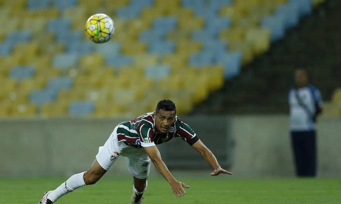 Cícero cabeceia a bola no Maracanã Alexandre Cassiano