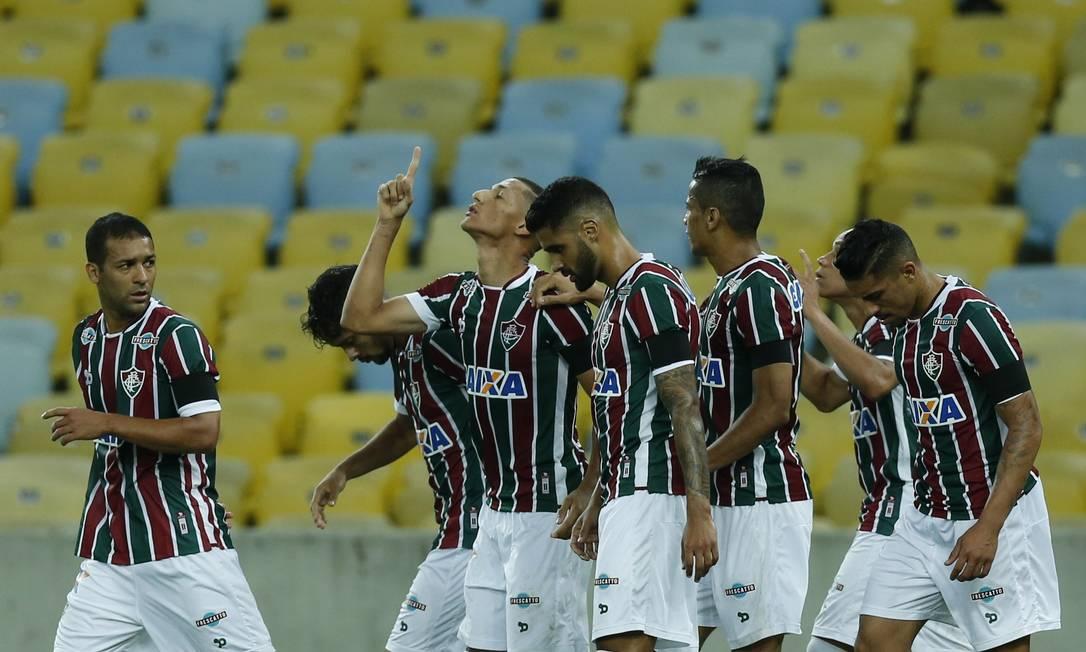 Richarlison ergue a mão aos céus ao empatar o jogo para o Fluminense Alexandre Cassiano / Agência O Globo