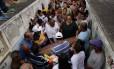 Durante enterro, amigos homenagearam Bruna Foto: Marcelo Theobald / Agência O Globo