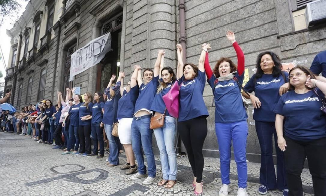 Abraço. Os manifestantes em frente ao Pedro II: contra os cortes de verbas Foto: Fabio Rossi