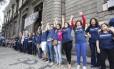 Abraço. Os manifestantes em frente ao Pedro II: contra os cortes de verbas