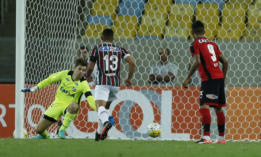 Goleiro Júlio César se estica, mas não alcança a bola chutada por Marinho, no segundo gol do Vitória Alexandre Cassiano