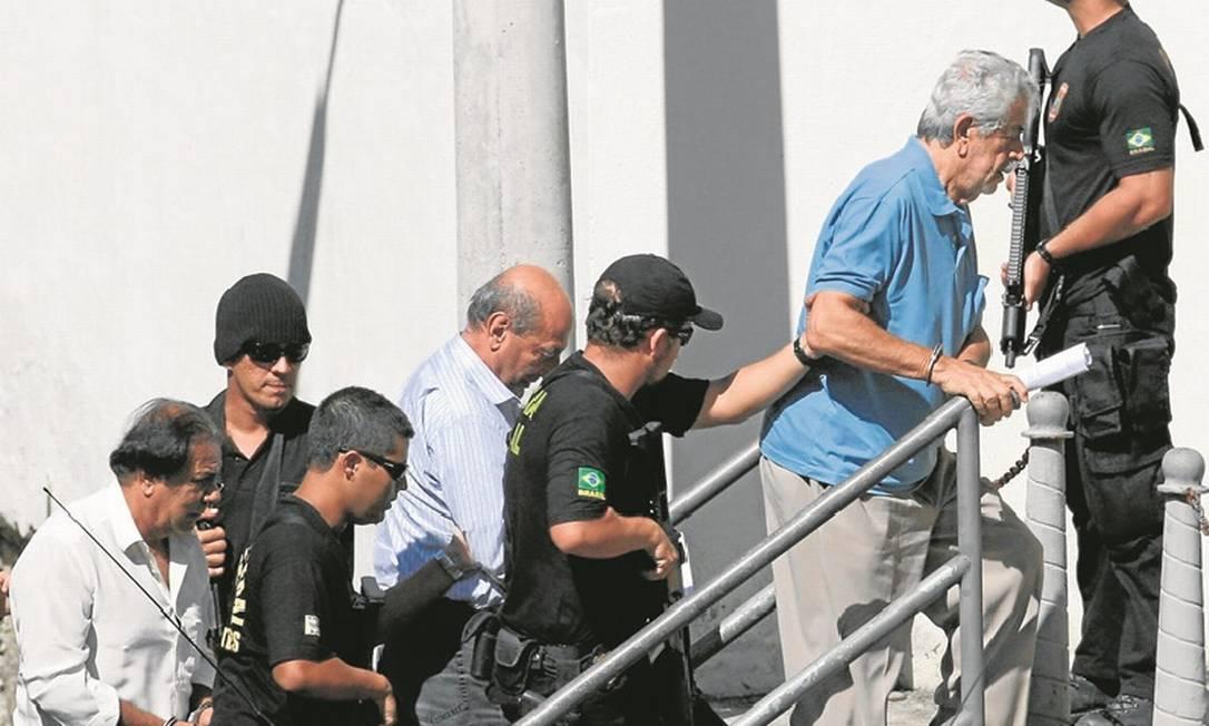 Cúpula do bicho. Policiais conduzem Capitão Guimarães (à esquerda), Anísio (ao centro) e Turcão para uma audiência poucos dias após serem presos na Operação Furacão Foto: Marcelo Carnaval