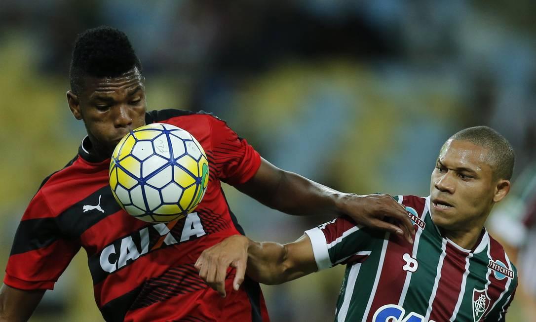 Kanu e Wellington disputam a bola no Maracanã Globo. Alexandre Cassiano / Agência O Globo