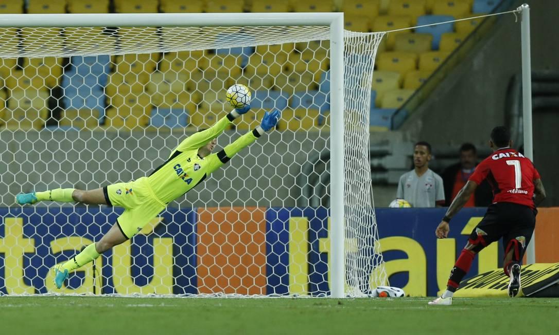 Tricolor Júlio César se estica para espalmar bola chutada por Amaral, do Vitória Alexandre Cassiano / Agência O Globo