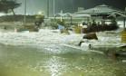 Fortes ondas atingiram orla do Leblon Foto: Guilherme Leporace / Agência O Globo