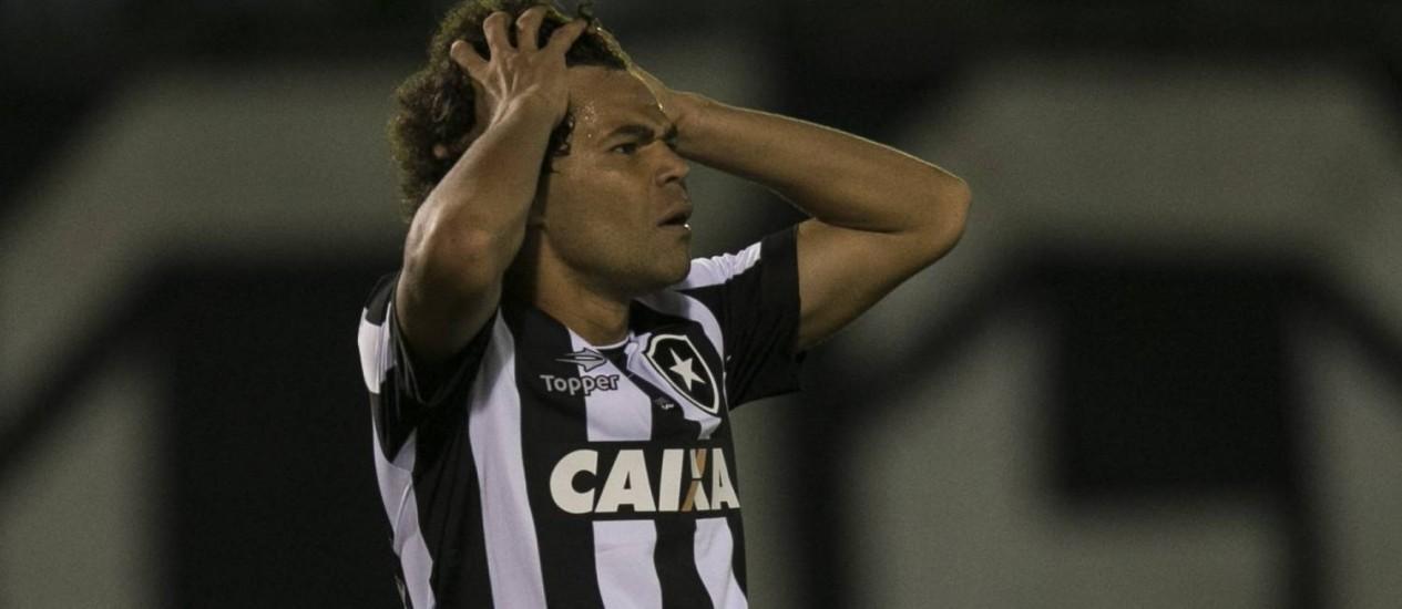 Camilo lamenta um gol perdido no empate do Botafogo com o Coritiba Foto: Guito Moreto / Agência O Globo