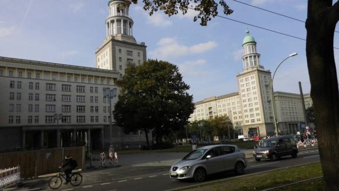Marcas do passado. A Avenida Karl Marx, em Berlim, tem os seus apartamentos da década de 1950 em estilo soviético disputados por investidores ricos Foto: Graça Magalhães-Ruether