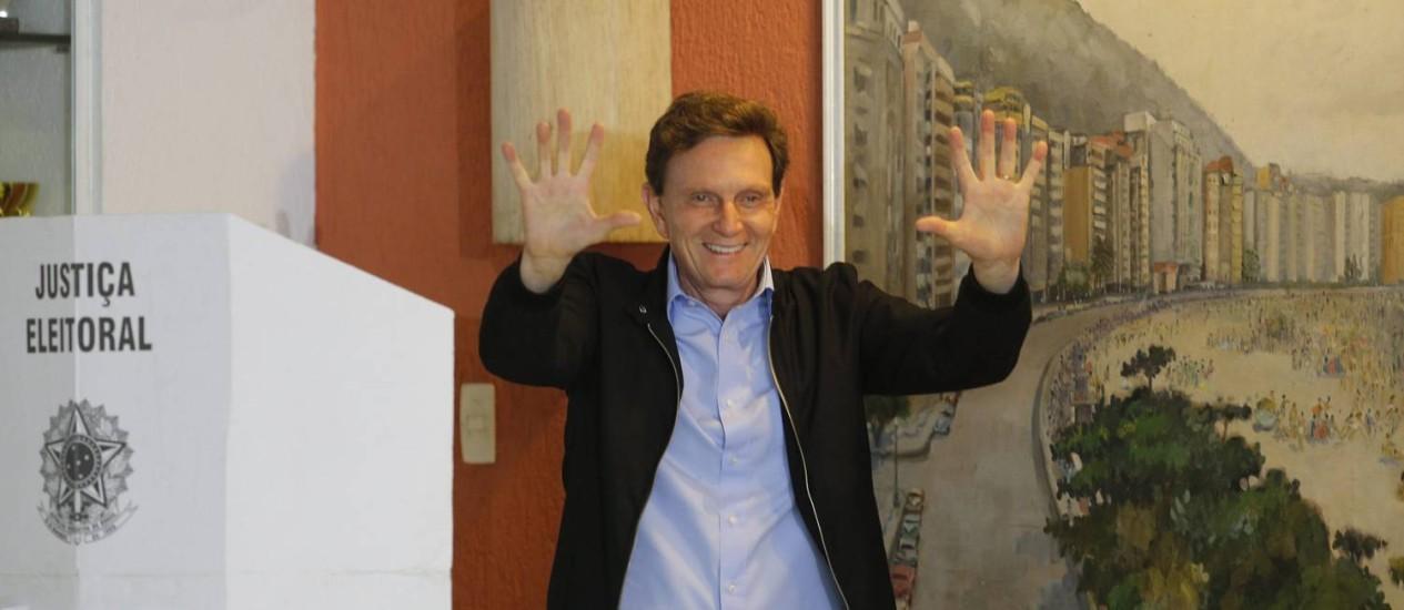 O candidato Marcelo Crivella votou na manhã deste domingo no Clube Marimbás, em Copacabana Foto: Marcelo Carnaval / Agência O Globo