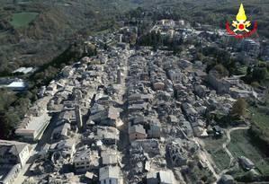 Imagem aérea mostra a cidade de Amatrice destruída após os terremotos que abalaram a região nos últimos meses Foto: AP