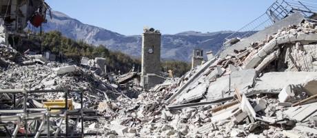 Torre resiste aos tremores que devastaram a cidade de Amatrice. A região foi a mais afetada pelo terremoto de agosto Foto: Massimo Percossi / AP