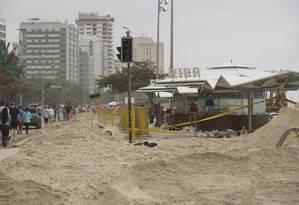 Areia invadiu ciclovia em frente ao quiosque Riba, no Leblon Foto: Márcia Folleto / Agência O Globo