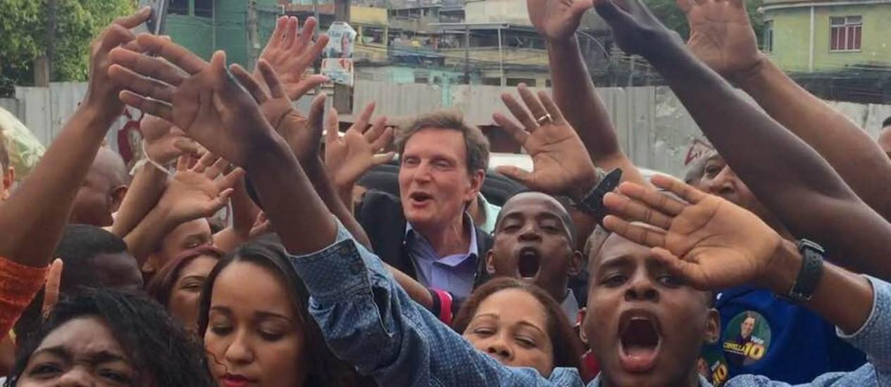 Crivella é assediado por eleitores na Vila Cruzeiro Foto: Marcelo Carnaval