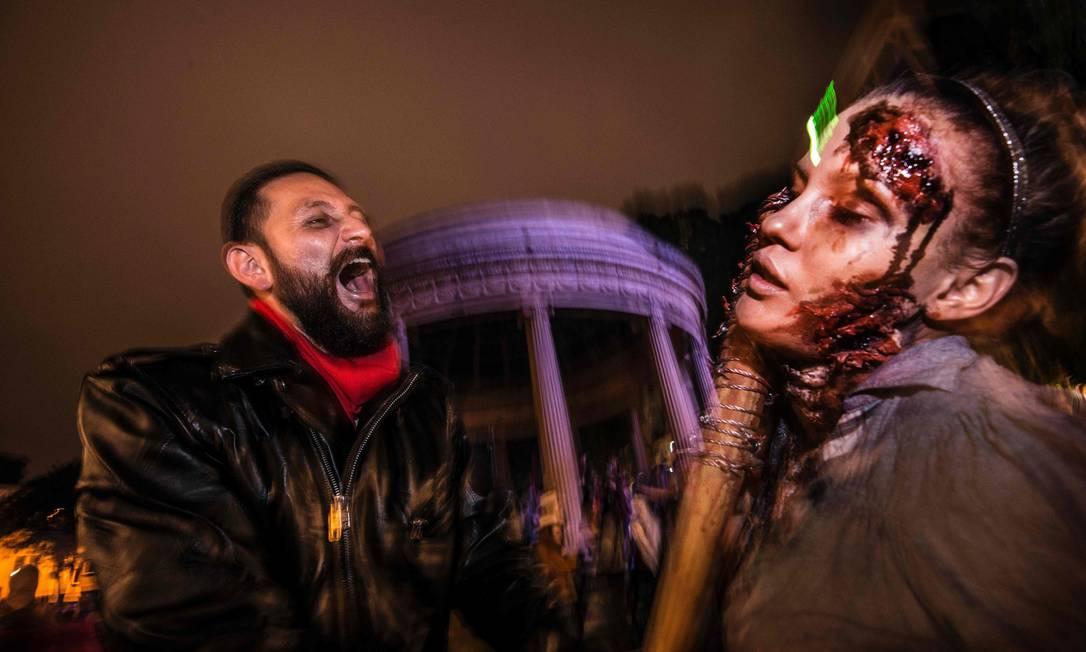 Pessoas participam da caminhada Zombie ao longo das principais ruas de San Jose, Costa Rica, em 29 de Outubro de 2016 EZEQUIEL BECERRA / AFP