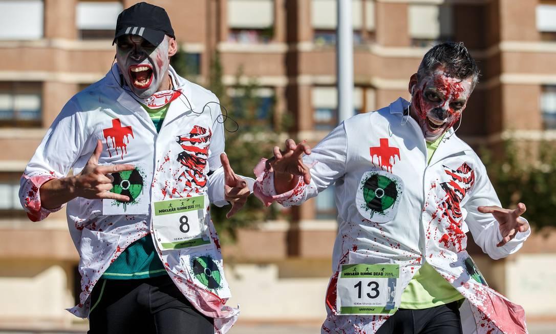 Pessoas, vestidas de zumbis, participam da corrida 'Nuclear Correr Dead' no norte da cidade espanhola de Miranda de Ebro, em 30 de Outubro de 2016 CESAR MANSO / AFP