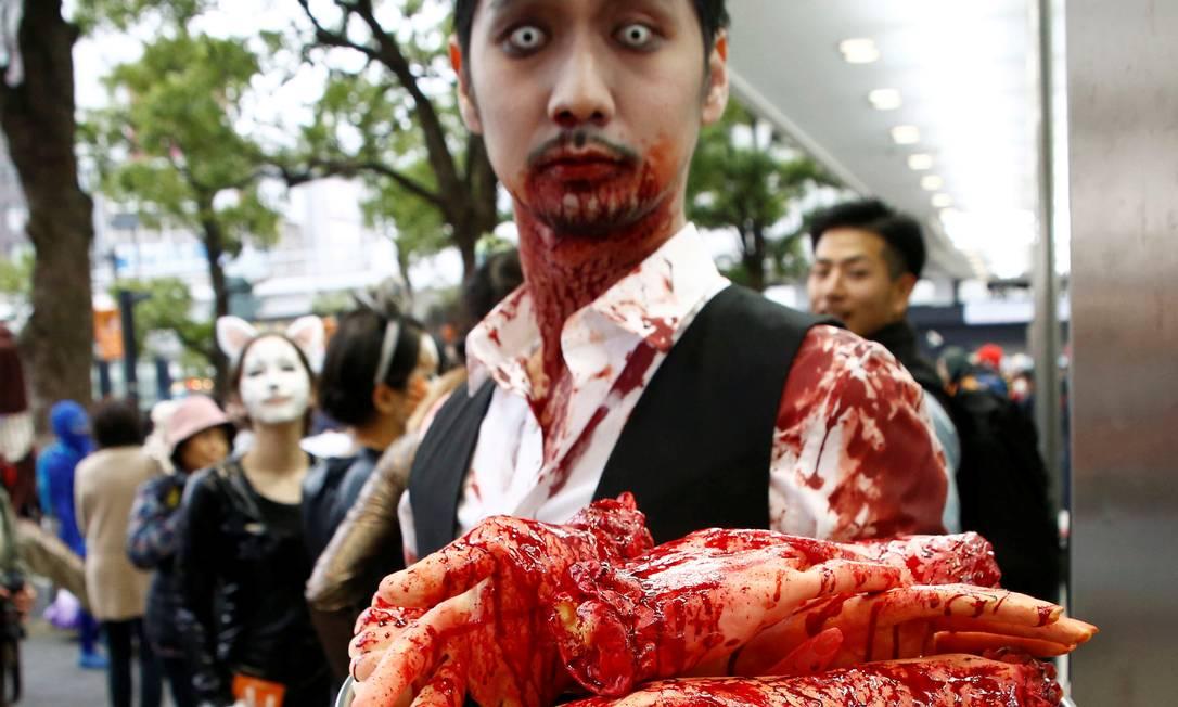 Homem, vestido de garçon, durante o desfile de Halloween em Kawasaki, ao sul de Tóquio, Japão 30 de outubro de 2016 KIM KYUNG-HOON / REUTERS