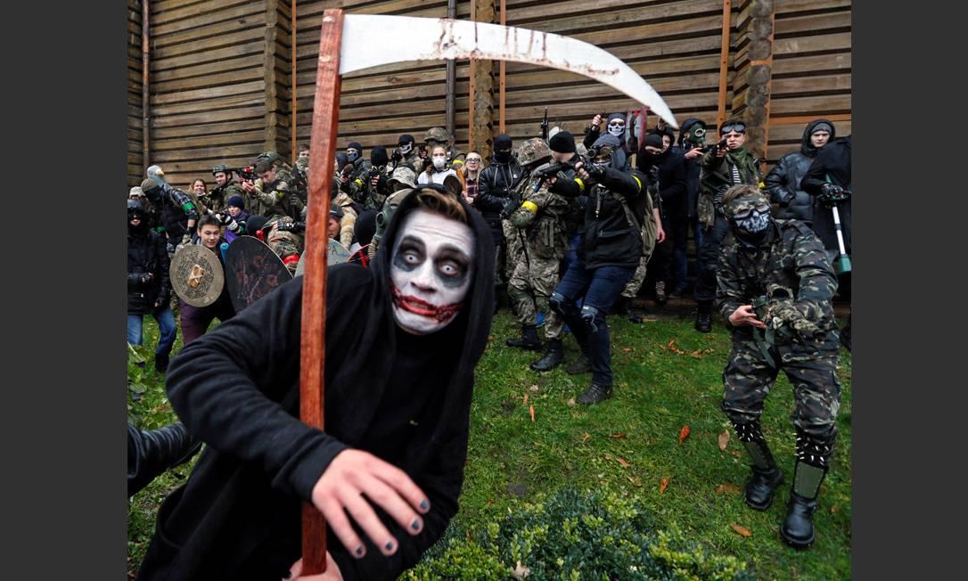 Participantes do desfile Zombie durante as celebrações do Dia das Bruxas em Kiev, Ucrânia, 30 de outubro de 2016 VALENTYN OGIRENKO / REUTERS
