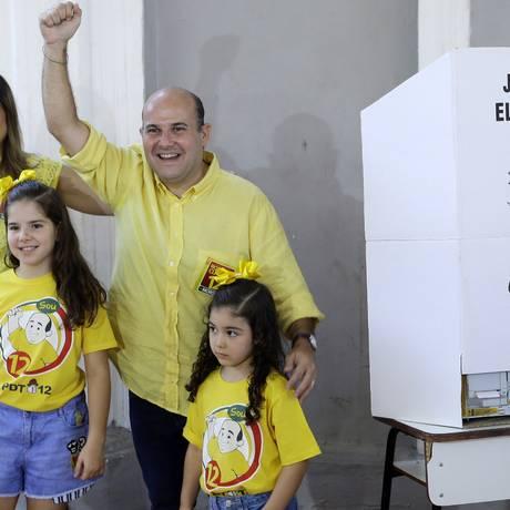 Roberto Claudio com a esposa Carol Bezerra e as filhas Foto: LC Moreira