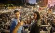 Ao lado da candidata a vice, Luciana Boiteux, Freixo durante discurso na Cinelândia