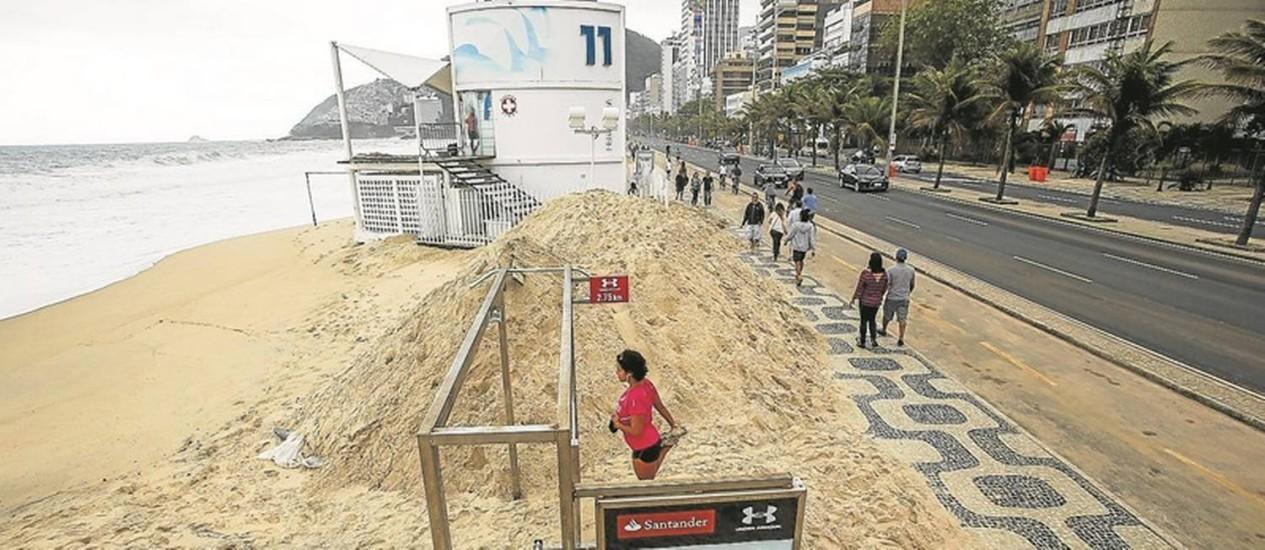 Limpeza. Retirada da areia mobilizou 240 garis na orla desde sábado; a maior parte foi recolocada nas praias, mas 10 toneladas com lixo foram removidas Foto: Guilherme Leporace
