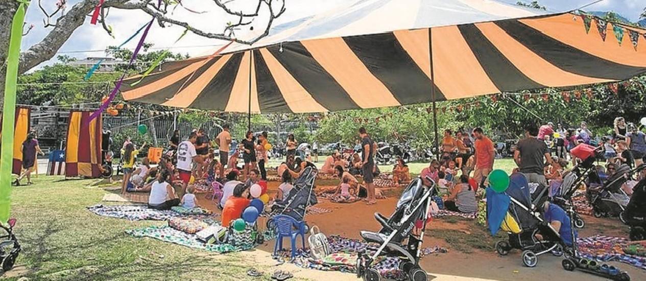 Sob a lona. Na Praça do Pomar, na Barra, crianças participam de oficinas de horta e de argila Foto: Leo Martins