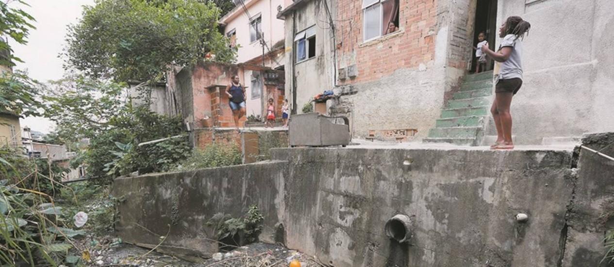 Precariedade. O Rio Joana, no Andaraí, lotado de lixo e esgoto e com casas construídas nas suas margens: três garis estão encarregados de limpar as seis favelas do complexo, que tem 32 mil habitantes e recebeu uma UPP em 2010 Foto: Pablo Jacob