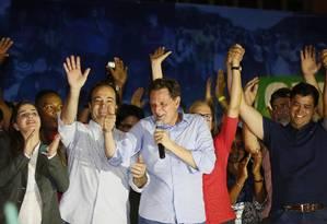 Marcelo Crivella comemora o resultado da eleição ao lado de Clarissa Garotinho, Carlos Osorio e Indio da Costa Foto: Pablo Jacob / Agência O Globo