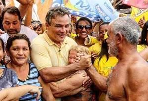 Zenaldo Coutinho (PSDB) cumprimenta eleitores: prefeito tucano foi reeleito em Belém, uma das sete capitais que o partido governará a partir de 2017 Foto: Divulgação